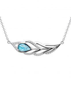 Penna sølvhalskæde symboliserer en påfugl med motiv af påfuglfjer i sølv med en central agua blå sten