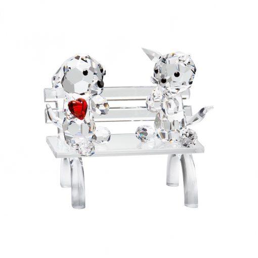 Hund i krystal med rødt hjerte sidder på en bænk sammen med sin elskede kat i tjekkisk krystal