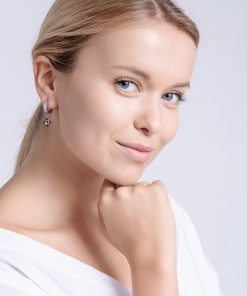 Modelbillede af Gemini øreringe i kirurgisk stål med tjekkisk krystal og blanke zirkonia sten