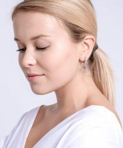 Modelbillede af Gemini øreringe i kirurgisk stål med tjekkisk krystal og blå zirkonia sten